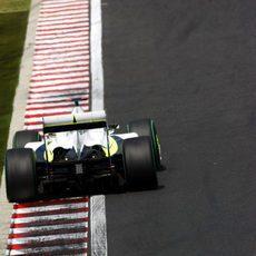 Jenson Button usa toda la pista