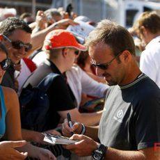 Barrichello atiende a los aficionados