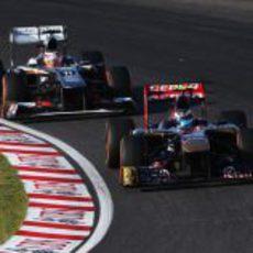 Daniel Ricicardo rueda por delante de Nico Hülkenberg