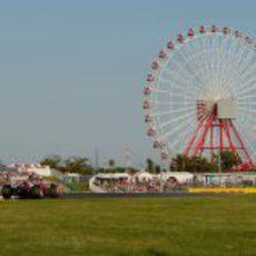 Felipe Massa rueda junto a la noria de Suzuka