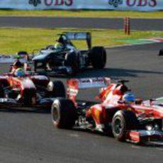 Fernando Alonso rueda por delante de Massa