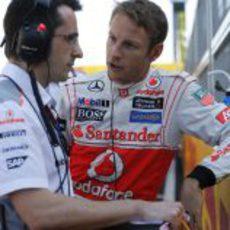 Jenson Button habla con su ingeniero antes de la carrera