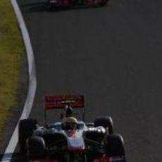 Sergio Pérez avanza por delante de su compañero