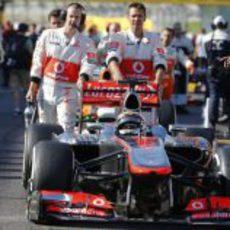 Los mecánicos de McLaren empujan a Jenson Button en la salida