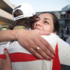 Abrazo entre Esteban Gutiérrez y Monisha Kaltenborn