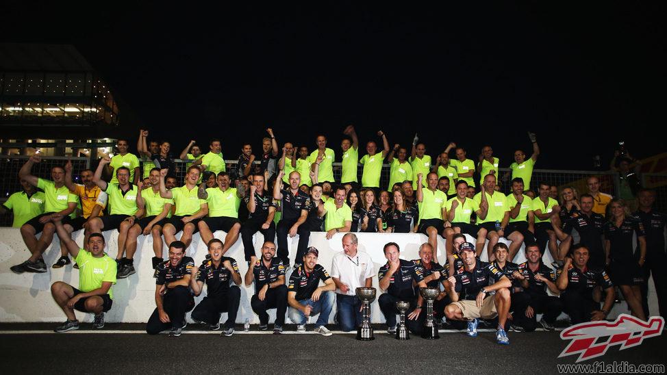 El equipo Red Bull celebra el doblete en Japón