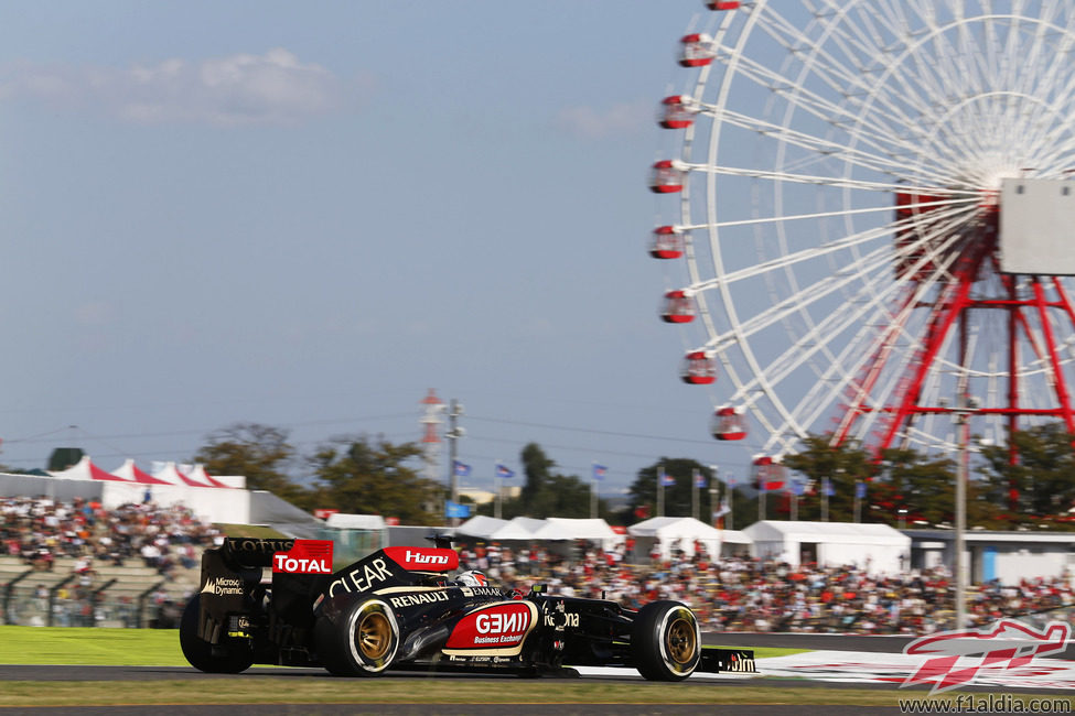 Kimi Räikkönen se acerca a la recta de meta del circuito de Suzuka