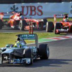 Nico Rosberg por delante de los dos Ferrari tras la salida