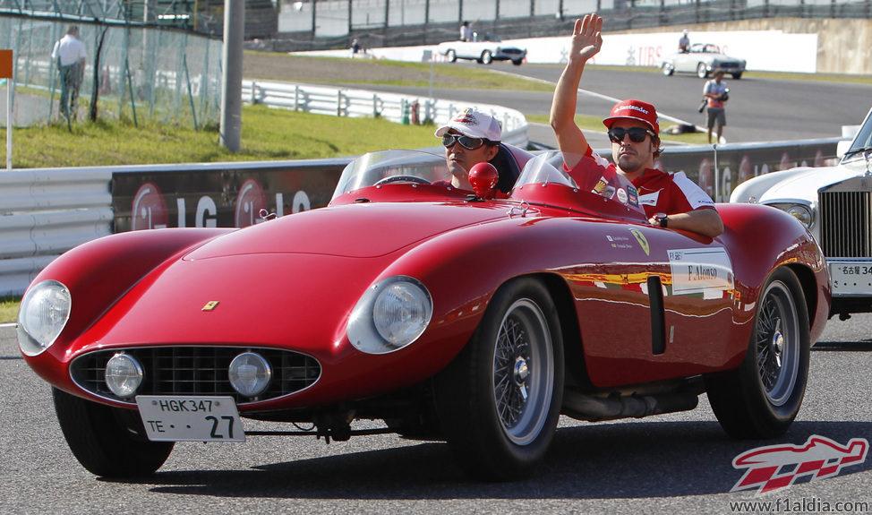 Fernando Alonso saluda en el 'drivers' parade'
