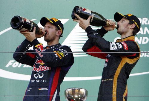 Sebastian Vettel y Romain Grosjean beben champán en el podio