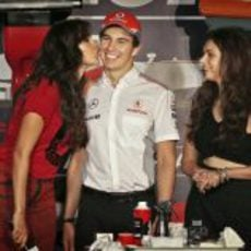 Sergio Pérez se deja querer en un evento en la India