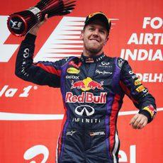 Sebastian Vettel levanta su trofeo en la India