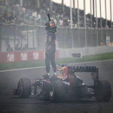 Sebastian Vettel celebra su título subido al coche