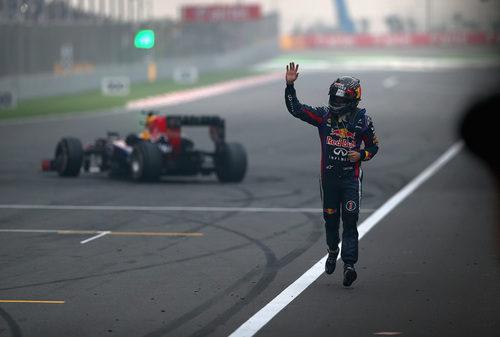 Sebastian Vettel saluda en la recta principal