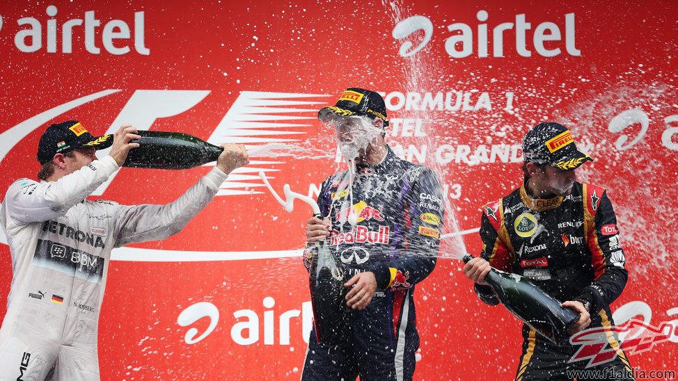 Baño de champán en el podio entre Rosberg, Grosjean y Vettel