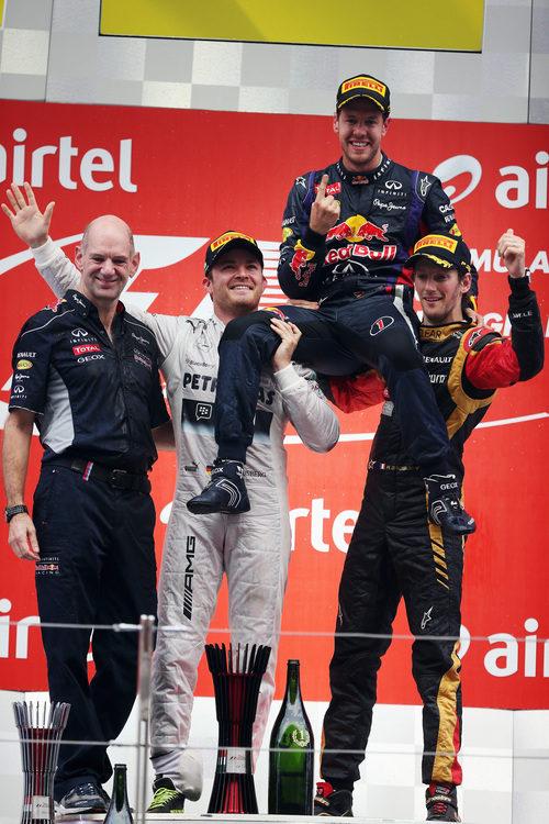 Rosberg y Grosjean levantan a Vettel en el podio