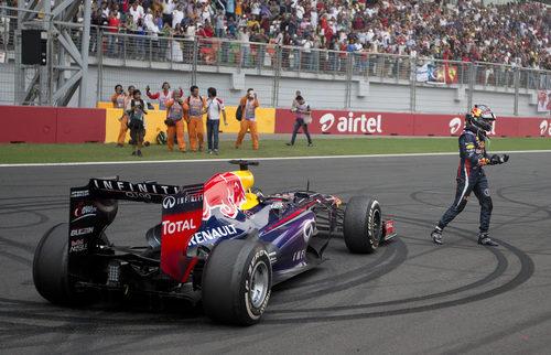 Sebastian Vettel dedicó unos donuts a los aficionados
