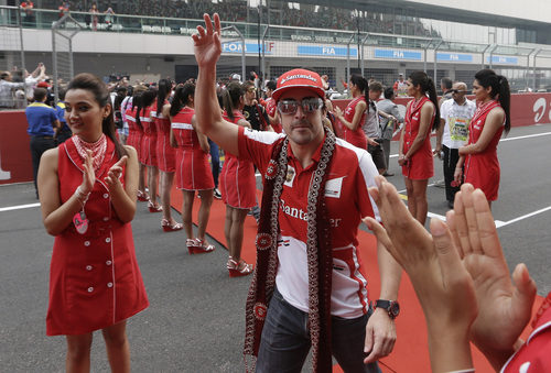 Fernando Alonso se dirige al 'drivers' parade'