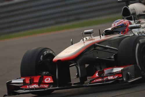 Jenson Button coge una curva a derechas