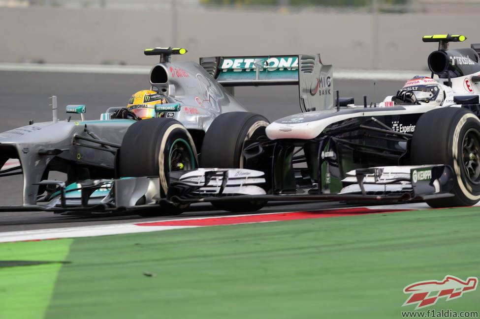 Lewis Hamilton lucha con Valtteri Bottas