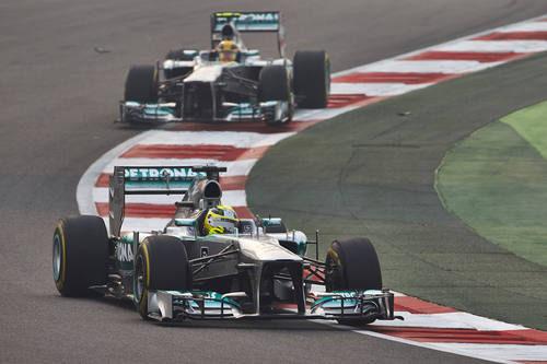 Nico Rosberg y Lewis Hamilton avanzan en la India