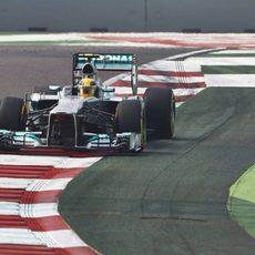 Lewis Hamilton pasa por el exterior de la pista