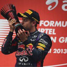 Sebastian Vettel besa el trofeo indio