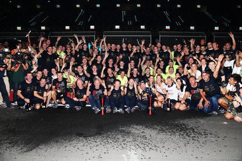 Todo el equipo Red Bull celebra el título de Vettel