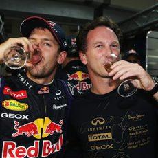 Sebastian Vettel y Christian Horner beben champán