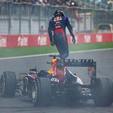 Sebastian Vettel se sube al RB9 para celebrar el título