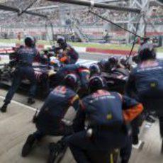 Trabajo en equipo en el cambio de gomas de Ricciardo