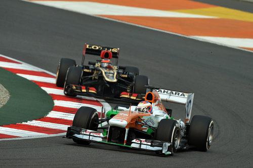 Paul di Resta rueda por delante de Räikkönen