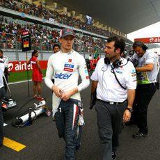 Nico Hülkenberg pasea por la parrilla antes del GP de India 2013