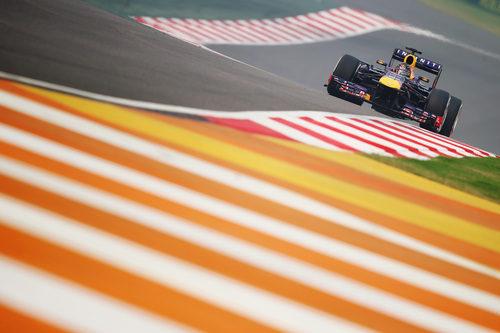 Sebastian Vettel afronta la recta de atrás en la India