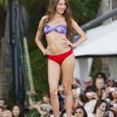 Jessica Michibata desfila en bikini en Hawái