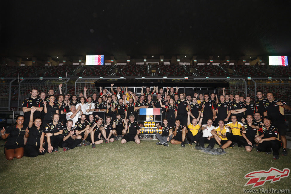 El equipo Lotus celebra el tercer puesto en la India
