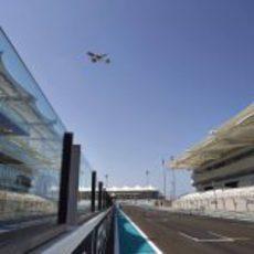 Un avión pasa por la recta de Yas Marina