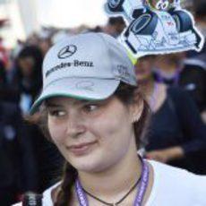 Una aficionada con el 'minidriver' de Lewis Hamilton