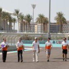 Adrian Sutil pasea por el circuito de Abu Dabi