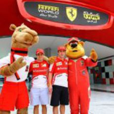 Fernando Alonso y Felipe Massa posan junto a las mascotas