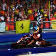 Fernando Alonso pilota un kart en el Ferrari World