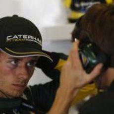 Charles Pic mira atentamente a su ingeniero