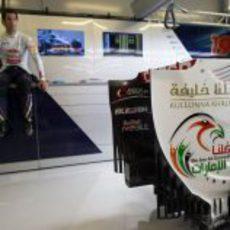 Detalle del alerón trasero del Toro Rosso con Daniel Ricciardo al fondo