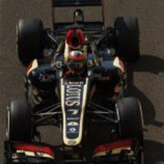 El E21 de Kimi Räikkönen rueda en Yas Marina
