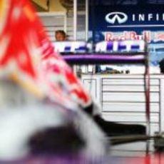 Sebastian Vettel sonríe en el box de RBR en Yas Marina