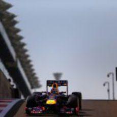 Sebastian Vettel en la complicada salida del pitlane de Yas Marina