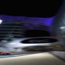 Mark Webber con el RB9 durante los Libres 2 en Abu Dabi