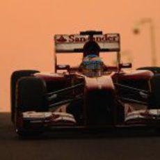 Fernando Alonso con el F138 saliendo de boxes en Yas Marina