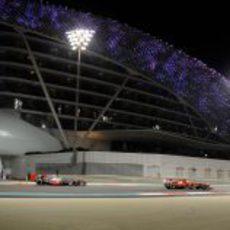 Felipe Massa perseguido por uno de los McLaren