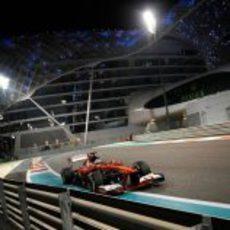 Fernando Alonso se aproxima a los muros del Yas Marina